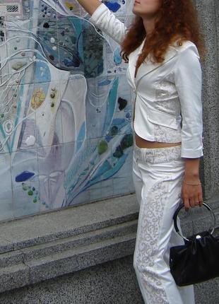 Дорогой итальянский летний белый молочный с золотом брючный костюм пиджак с брюками