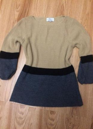 Стильный бежевый полосатый свитер кофта