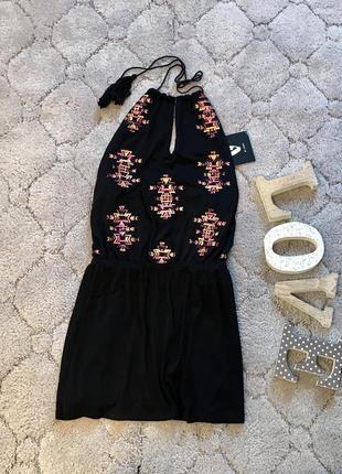 Короткое платье с вискозы с вышивкой