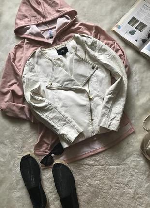 Белая куртка косуха с вставками из кожзама