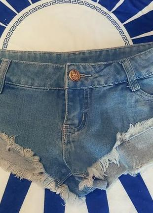 Коротенькие джинсовые шорты
