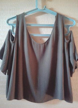 Блузка с открытыми плечами.