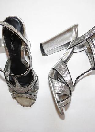 Шикарные серебряные босоножки глиттер