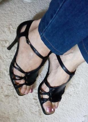 Босоножки черные с закрытой пяткой кожаные, с узорчатым каблуком металлик, размер 37
