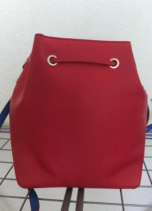 Красная сумка от tommy hilfiger