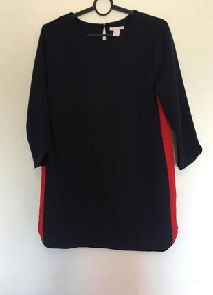 Короткое платье с красными вставками