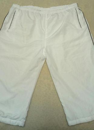 Белые спортивные штаны капри okay