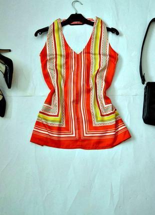Яркая блуза с открытой спиной