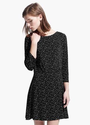 Платье mango принтом мелкий горошек горох черное трикотажное под кроссовки мини