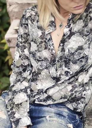 Шифоновая , винтажная блузка с цветочным принтом.