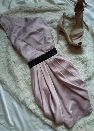 Шикарное атласное пудровое коктейльное/вечернее платье на одно плече lipsy limited