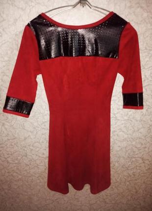 Красное замшевое платье с кожаными вставками