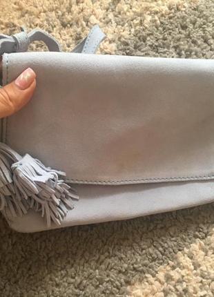 Кроссбоди zara. кожаная замшевая сумка небесно-голубого цвета с кисточками.