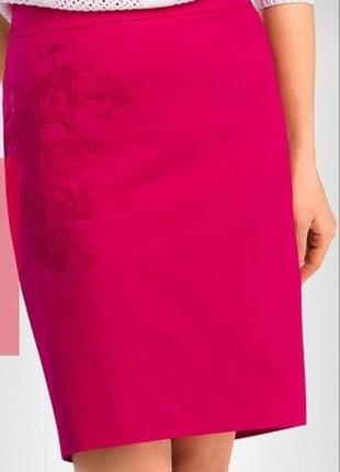 Стильная малиновая юбка карандаш с вышивкой