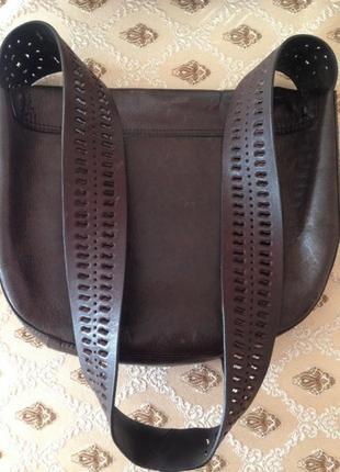 Шоколадная кожаная сумочка с перфорированой ручкой