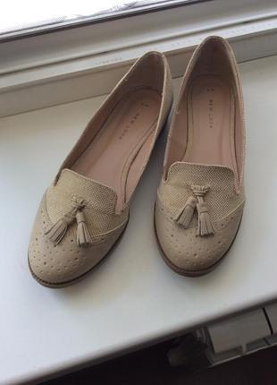 Бежевые балетки туфельки на низком каблучке