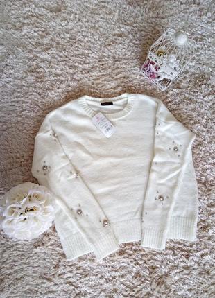Белый свитерок с бусинками на рукавах.