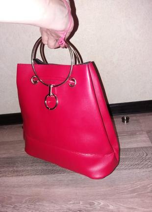 Классная красная сумочка с металлическими ручками