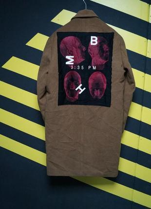 Классическое пальто с шерстью и огромной нашивкой на спине