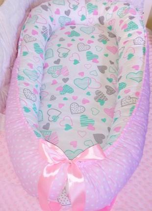 Кокон гнездышко ср сьемным матрасиком для новорожденной девочки розово-мятное сердечки