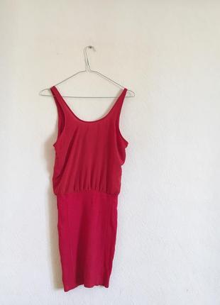 Платье красного цвета с облегающей юбкой