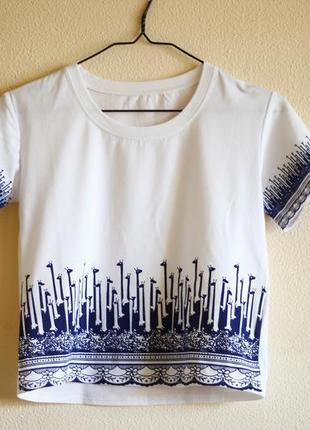 Белая укороченная футболка с принтом