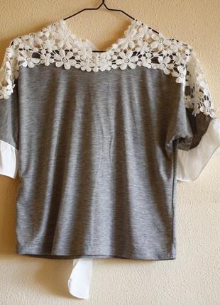 Серая блуза с кружевными плечами
