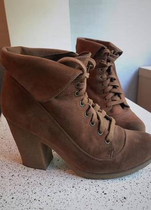 Актуальные осенние замшевые сапожки на каблуке со шнуровкой pull&bear