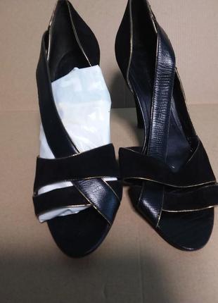 Черные натуральные замшевые босоножки на высоком каблуке