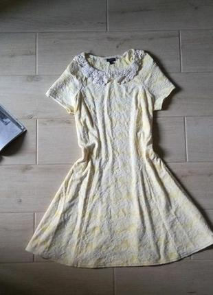 Нежное фактурное платье с кружевным воротником
