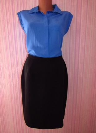 Она нужна каждой леди - стильная черная прямая юбка приличной длины с небольшим разрезом.