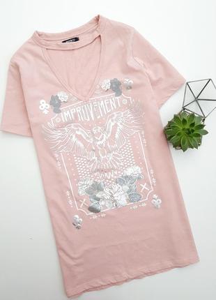 Пудровая футболка с чокером