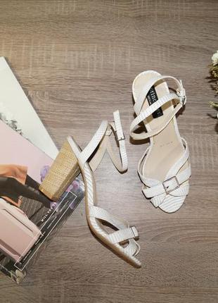 Principles! красивые босоножки на удобном каблуке
