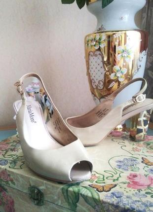 Кожаные бежевые босоножки на каблуке maria morro