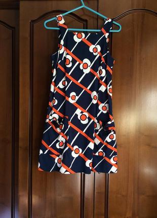 Яркое платье интересного фасона с цветочным принтом на бретельках