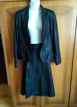 Кожаный костюм с вышывкой.