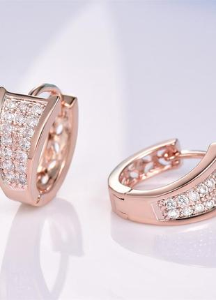 Модные серьги-кольца под золото