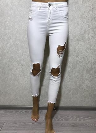 Крутые узкие белые джинсы рванные с потёртостями размер с