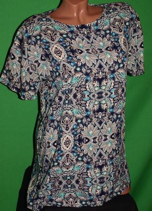 Фирменная футболка (м замеры) с узором, к телу приятная, отлично смотрится.