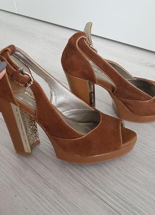 Красивые туфли на высоком удобном каблуке