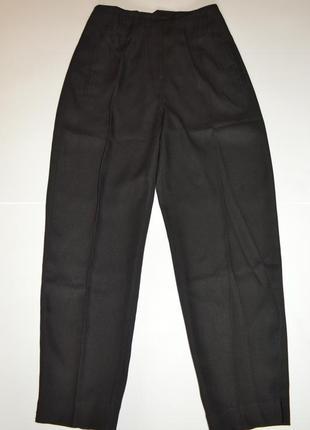 Черные брюки со стрелкой актуального кроя