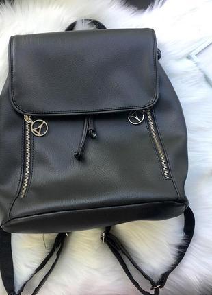 Стильный черный рюкзак с молниями и клапаном из экокожи