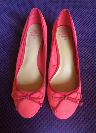 Удобные туфли на маленьком каблуке bershka