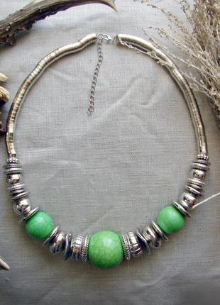 Ожерелье с зелеными бусинами бусы в стиле бохо. цвет серебро