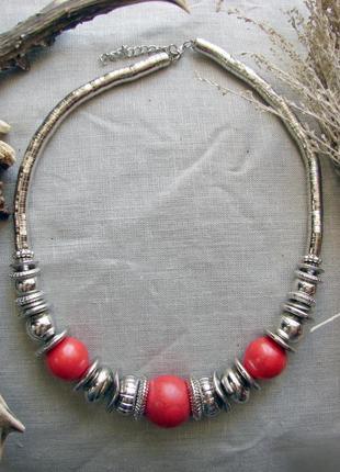 Ожерелье с красными бусинами бусы в стиле бохо. цвет серебро