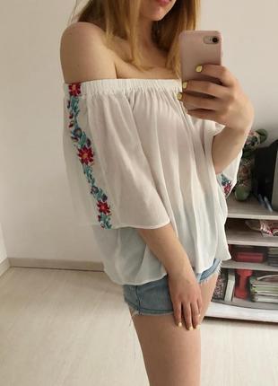 Блуза с вышивкой и открытыми плечами