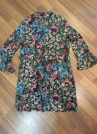 Платье свободного кроя с красивыми цветочным принтом