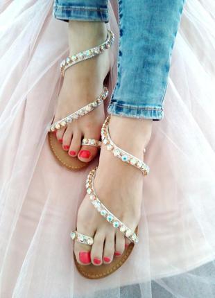 Летние босоножки сандалии с крупными стразами бежевые