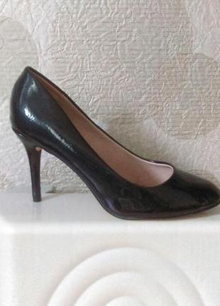 Красивые комфортные туфли лаковые ,на шпильке