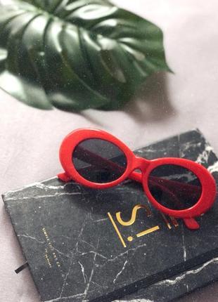 Актуальные солнцезащитные очки красного цвета